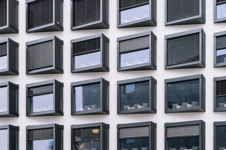nowoczesne okna w biurowcu