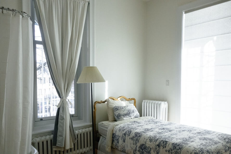 karnisze metalowe w sypialni